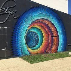 O artista Douglas Hoekzema, também conhecido como Hoxxoh, cria incrivelmente belos murais caleidoscópicos. Dispondo em camadas diferentes anéis coloridos e contínuos, ele consegue transformar uma parede lisa em um hipnotizante portal para o futuro que parece que você pode ser sugado se você ficar muito perto!