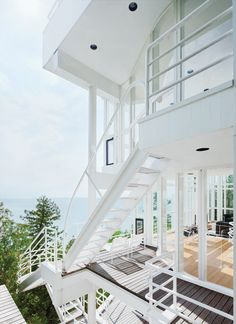 Richard Meier's Douglas House is a clear nod to Les Terrasses, a 1928 residence created by Le Corbusier in Garches, France. Shared elements include curved walls, spatial ambiguities, and a planar white facade. Photo by Dean Kaufman. Houses Architecture, Contemporary Architecture, Interior Architecture, Richard Meier, Le Corbusier, Promenade Architecturale, Douglas House, Kb Homes, Staircase Design