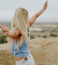 couleur blonde, shorts en denim, chemise en denim sans manches, bracelet en argent, bague en argent, cheveux longs