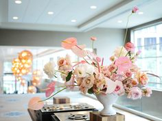 Design by Color Theory Collective | Airy and Organic Design | Salmon, Peach, Coral, Blush, Rose Gold | Anthurium, Ranunculus, Roses, Garden roses, Peonies, Campanula, Lisianthus | Centerpiece for a Buffet in a White ceramic compote