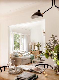 ESPACIOS ABIERTOS - REFORMA Y DECORACIÓN, NATALIA ZUBIZARRETA INTERIORISMO. Las generaciones se fusionan en el hogar de Amaia. Recuperando la vivienda de su abuela, se ha buscado obtener máxima luminosidad en un espacio en el que muebles y objetos, que viven en esta casa desde siempre, convivan con estilo sencillo y moderno que caracteriza a los nuevos inquilinos. Oversized Mirror, Bungalows, Furniture, Home Decor, Home, Simple Style, Open Spaces, Cozy, Lounges