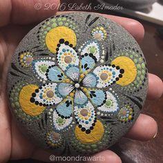 "73 Beğenme, 2 Yorum - Instagram'da Moondrawarts (@moondrawarts): ""#moondrawarts #mandala #mandalas #paintedrocks #art #rocks #meditation #artybus"""