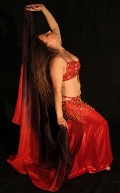 Photo danseuse orientale. Séance photo baladi 2012.  Mélanie Baladi photographie avec voile. Bellydancer picture. Belly dance image 2012. Mélanie Baladi picture with veil. #baladi #bellydance #bellydancer  #danse #dance