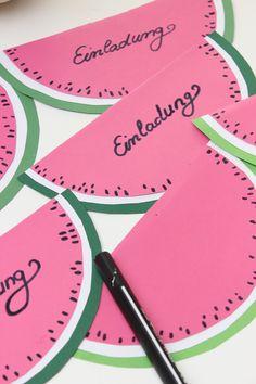 Hier findet man einfache und schnelle Kindergeburtstag-Ideen wie eine Kindergeburtstag-Einladungskarte. In diesem Jahre habe ich Einladungskarten als Wassermelonen gebastelt #DIY #Einladungskarten #Wassermelone #Geburtstag #basteln #Kinder