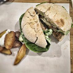 Hoy me lo merezco! Después de un buen entreno una buena hamburguesa vegana. Qué bueno todo por favor...@viva_burguer #vegana #mecuido #comidavegana #animalfree #vegan #madrid #lalatina #vegetariano #descubriendo #ricorico #foodie #burger #bestburguer #latina #vegetarian #natural by guiadeestilo_