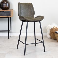 Sturdy and modern, that is bar stool Barron! The industrial bar stool Barron is a comfortable and industrial bar stool with a very high seating comfort thanks to the thick seat. Barstool Barron is suitable for any interior thanks to the use of materials and colours. Industrial Bar Stools, Modern Industrial, Black Bar Stools, Brushed Metal, Artificial Leather, Foot Rest, Montage, Upholstery, Flooring
