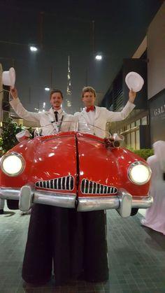 Der Walkacts des höhergelegten Cabriolets ist eins der absoluten Highlight der Stelzen-Kostüme von Björn de Vil. Der rote Flitzer kann sich in der Mitte teilen, sodass die Stelzenläufer in verschiedene Richtungen gehen und das innere des Autos zum Vorschein kommt. Die Zuschauer, besonders Kinder, freuen sich sehr über die Artisten bzw. Komiker.