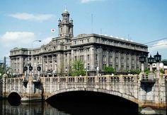 大阪市役所 > 1921年完成の近世復興式と言われる様式の建築物 庁舎のデザインを一般募集した結果、案中3案が優秀案に選定されこの3案を参考に設計されることとなった ホール部分の内装は大理石の床とステンドグラス、煌びやかなシャンデリアと豪華絢爛であった 第二次世界大戦でも被害を受けずに無事であったが、1961年に庁舎の立替え計画が浮上 日本建築学会は大阪市役所、日本銀行大阪支店本館、大阪府立中之島図書館、大阪市中央公会堂は永久保存すべきとの要望書を大阪市長に提出した しかし大阪市は建物の保存は可能であるとしながらも結局取り壊しに着手、建物は保存されること無く1982年に隣接していた豊国神社と共に撤去された 日本銀行大阪支店本館、大阪府立中之島図書館、大阪市中央公会堂は現在も保存されている