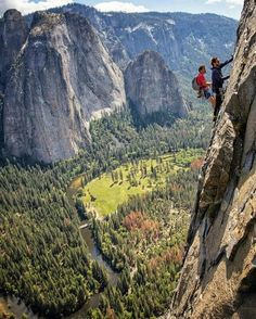 Ingesloten afbeelding. Jared Leto & Alex Honnold on the east buttress of El Cap. Yosemite. Photocredits: Jimmy Chin.
