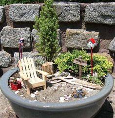 jardin en pot balcon-plantes-conifères-naines-chaise-bois