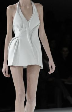 Hussein Chalayan SS09 | This garment typifies the development of Hussein's pieces and the contemporary approach that is now taken in regards to sculpture. It is this refined, simplistic approach that I am interested in exploring.
