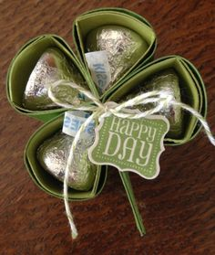 Hershey Kisses in a lucky clover. Whoever gets this is surely lucky! Candy Crafts, Food Crafts, Paper Crafts, Holiday Crafts, Holiday Fun, Hershey Kisses, Hershey Candy, Chocolates, St Patricks Day Cards