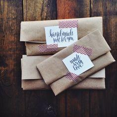 Puedes doblar un sobre de papel kraft. Una tarjeta y un toque de cinta decorativa.