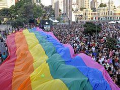 A Parada do Orgulho LGBTS ocupa mais uma vez as ruas de Brasília, desta vez celebrando o casamento entre pessoas do mesmo sexo.
