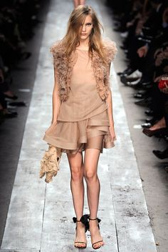 See the complete Valentino Spring 2010 Ready-to-Wear collection.