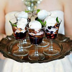 Här snackar vi fruktig kärlek i glas – en garanterad succédessert som med den äran kröner vilken festmåltid som helst. Blanda färska fikon och körsbär med honung och en skvätt konjak. Tillaga i brynt smör. Piffa med jordnötter och kokos. Bjud med glass!