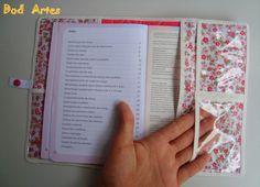 Capa Para Carteira De Vacinação Craft Presents, Homemade Books, Fabric Book Covers, Fabric Wallet, Bible Covers, Notebook Covers, Diy Scrapbook, Scrapbooking, Book Making