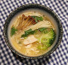 Misosuppe mit Lachs, Enoki-Pilzen und knackigem Gemüse: Diese leckere und moderne Version des japanischen Klassikers ist proteinreich, keto und glutenfrei!