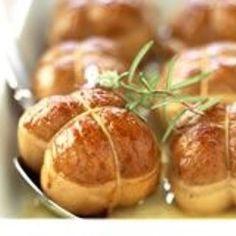 Paupiettes de veau rôties – Ingrédients de la recette : 6 escalope de veau, 500 g de champignons de Paris , 2 oignons, 2 cuillère à soupe de pignons de pin , 4 cuillère à soupe d'huile d'olive