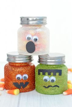 Cute Halloween Mason Jars-Fill these cute little Halloween jars with candy and they make a great gift. Or they can be cute Halloween decorations or just a fun Halloween craft. Cute Halloween Decorations, Halloween Mason Jars, Easy Halloween Crafts, Dollar Store Halloween, Halloween Gifts, Halloween Candy, Homemade Halloween, Dyi Crafts, Outdoor Halloween