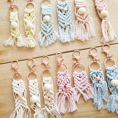 Macrababy Sr - Colourful Macrame Key Ring with Rose Gold Coloured Clasp and Bead keyring Making a Wire Wrapped Ring Macrame Rings, Macrame Art, Macrame Projects, Macrame Knots, Diy Keychain, Keychains, Diy And Crafts, Arts And Crafts, Macrame Curtain
