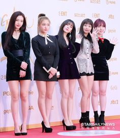 Who love red velvet? Wendy Red Velvet, Red Velvet Joy, Red Velvet Irene, Black Velvet, Seulgi, Park Sooyoung, Velvet Fashion, Beautiful Asian Girls, Sexy Legs