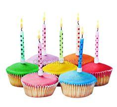 Скачати - Барвисті з днем народження кекси з свічки — стокове зображення #31911335