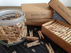Nice stuff from East of India. Caja pinzas mini. Pinzas mini de madera presentadas en caja de cartón craft (la caja contiene 52 unidades). Craft box with a set of 52 wooden pegs