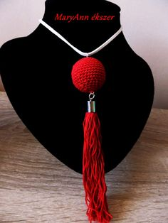 Vörös és bojtos nyaklánc