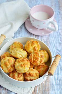 Sajtos mini pogácsa (trükkös pogácsa) Hungarian Recipes, Pavlova, Pretzel Bites, Minion, Apple Pie, Cheddar, Cake Recipes, Healthy Recipes, Bread