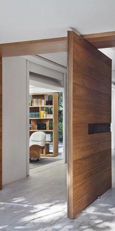 Houten pivoterende deur - Gisele Taranto Arquitetura