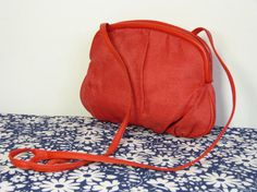 Red woven raffia & faux leather shoulder cross body handbag - summer fashion accessory - French 80s vintage made of red woven raffia?, nice faux leather edging & strap, closes with a zip, lined in camel brown faux suede fabric, one internal zipped pocket the top of the strap is a bit out of shape as it has been tied into a knot for a long time good condition  height circa 20 cm (= 7.9 inches) width circa 26 cm (= 10.2 inches) maximum thickness circa 3,5 cm (= 1.2 inche...