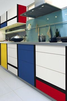 The Mondrian style is instantly recognisable by its straight lines, and primary colour sections. Find out how to use eye-catching Mondrian decor in your home. Interior Design Kitchen, Modern Interior Design, Interior Architecture, Interior Decorating, Decorating Games, Interior Designing, Kitchen Designs, Interior Ideas, Mondrian Kunst