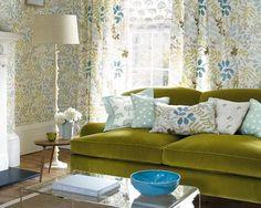 Con unas cortinas y cojines alegres un sofá viejo queda como un Rey