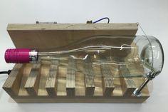 Upcycling hat sich zu einer eigenständigen Disziplin in der Maker-Szene entwickelt. Statt Materialen durch Einschmelzen zu recyceln, lassen sie sich oft auch durch kleine Modifikationen direkt zu etwas Neuem verarbeiten. Hier entstehen aus Altglas Windlichter, Aschenbecher und Lampenschirme. Und natürlich baut sich ein echter Maker eine Maschine dafür.