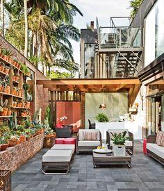 Jardim vertical com vasos e prateleiras. Projeto de Gilberto Elkis