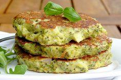 panquecas de brócolis. 2 cabeças médias de brócolis (cerca de 2 xícaras) 1 cebola pequena 3 ovos 1/4 de xícara de farinha de coco (se quiser use trigo) 1 pitada de sal 1 colher de chá alho em pó Quanto bastar de azeite de oliva