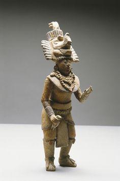 île de Jaïna Figurine en terre cuite polychrome représentant un personnage richement paré. Ile de Jaïna, Mexique, culture Maya, Classique récent, 600 – 900 ap. J.-C. Musée d'Auch