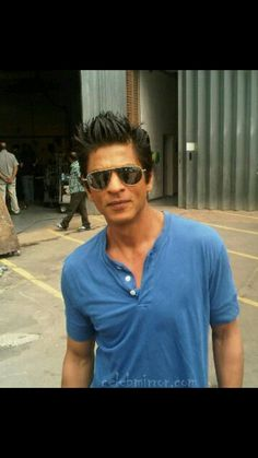 a break in a film shooting Shahrukh Khan, Cool Pictures, Bollywood, Cinema, King, Actors, This Or That Questions, Beards, People