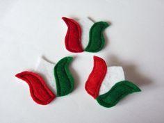 Tulipános  kokárdák  500 Ft/db, Magyar motívumokkal, Ruha, divat, cipő, Dekoráció, Ünnepi dekoráció, A három kokárdát filcből készítettem. Vásárolható darabonként is. 500Ft/db áron  Kitűző..., Meska