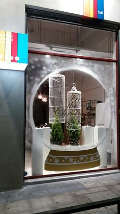 Visual Merchandiser, styling and still life designs Mooie kerst etalage Christmas Store Displays, Gift Shop Displays, Store Window Displays, Christmas Window Display Retail, Winter Window Display, Christmas Window Decorations, Christmas Windows, Store Windows, Window Art