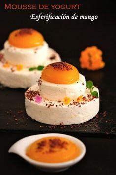 Yogurt mousse with mango spherification Gourmet Recipes, Sweet Recipes, Dessert Recipes, Tapas, Healthy Food Alternatives, Small Desserts, Food Decoration, Recipe For 4, Molecular Gastronomy