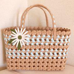 クラフトバンドの春色ミニバッグ 「石畳編み」という手法で編んでいて、軽くてとても丈夫です。 ちょっとしたお出掛けに便利なサイズです♪ お子様が持つのにもちょうどいい大きさですよ! 収納バッグとしても使っても可愛いです。 マーガレットのコサージュ付きです。
