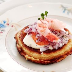 Perinteiset blinit // Blinis with red onion and roe Food Sinikka Sokka Photo Timo Villanen Maku 6/2012, www.maku.fi
