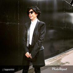 IMG Doğuş moda direktörü Banu Bölen'nin Fashion Week için ilk gün tercihi L'Atelier Cache blazer ceket...  Blazer jacket with leather detailed