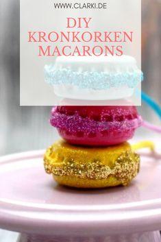 Schlüsselanhänger aus Kronkorken, Heißkleber, Nagellack, Glitzer  und Schnur. #clarkidiy #macaron #basteln #basteln mit kindern Macarons, Charms, Food, Creative Ideas, Craft Instructions For Kids, Bottle Caps, Make Jewelry, Nail Polish, Twine
