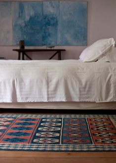Palacio Belmonte, Lisbon, Portugal - I love the plain walls, art, & bedding contrasted w/ the colorful kilim rug. #bedroom #calm