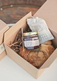 Breakfast in a box recipe - photo: Carlie Statsky petit déjeuner brunch Wedding Favors And Gifts, Weeding Favors, Breakfast Basket, Bohemian Wedding Inspiration, Guest Gifts, Welcome Bags, Brunch Wedding, Mini Bottles, Chutneys