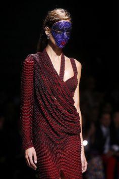 En backstage du défilé Givenchy printemps-été 2014 http://www.vogue.fr/beaute/en-coulisses/diaporama/en-backstage-du-defile-givenchy-printemps-ete-2014/15482/image/861878#!3