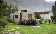 Panoramic country house designed by Marina Vella Arquitectos Cottage Design, House Design, Wooden Cottage, Concrete Houses, Village Houses, Stone Houses, Pergola Designs, House Styles, Lima Peru